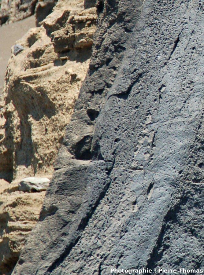 Gros plan sur la bordure gauche du dyke et son encaissant induré, Volcan du Capélinhos, Faial, Açores