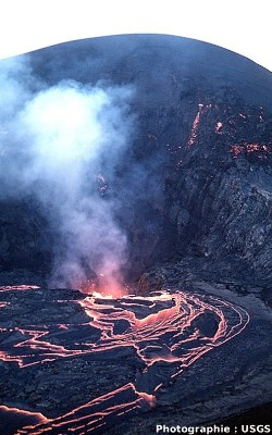 Le Kilauea Iki : le lac de lave en phase de retrait le 19 décembre 1959