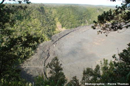 Le Kilauea Iki : vue générale de la terrasse de basalte laissée par le retrait du lac (coté Sud Est) (état en juin 2007)