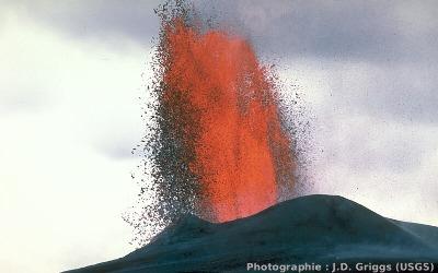 Une fontaine de lave du Pu'u O'o, Hawaii, photographiée en octobre 1983