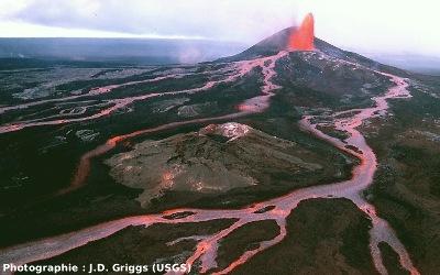 Vue générale du Pu'u O'o, Hawaii, lors d'un paroxysme éruptif en juin 1986