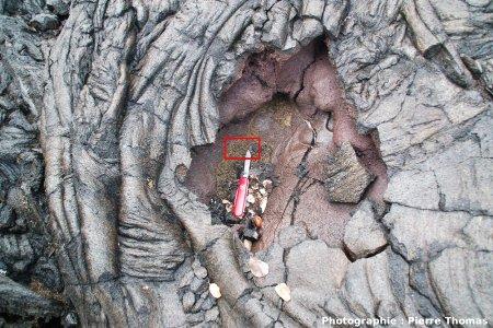 Autre anfractuosité où sont piégés des cheveux de Pelé, Holei Pali, flanc Sud du Kilauea, Hawaii