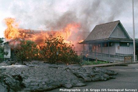Coulée du Pu'u O'o envahissant un village le 22 juin 1989, Hawaii