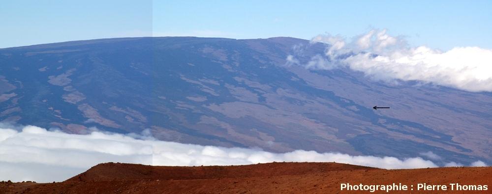 Gros plan sur le sommet du Mauna Loa, vu du Mauna Kea, Hawaii