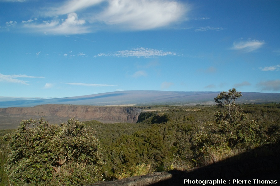Le versant SE du Mauna Loa (4170 m), vu du Kilauea (1277 m), Hawaii