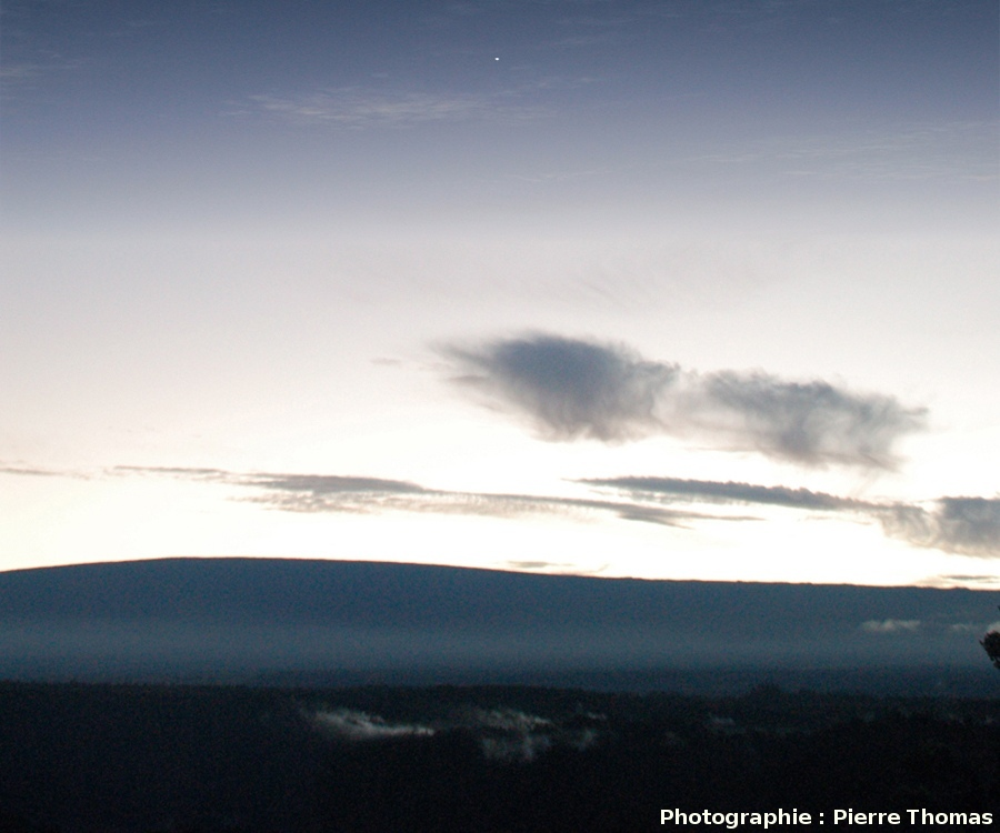 Vénus, un soir, au-dessus du Mauna Loa, vu du Kilauea, Hawaii
