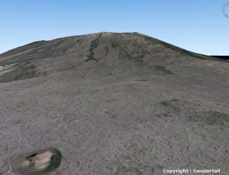 Le Piton de la Fournaise vu à travers du Géoportail de l'IGN (version 3D) avec un angle de prise de vue voisin de celui de l'image précédente