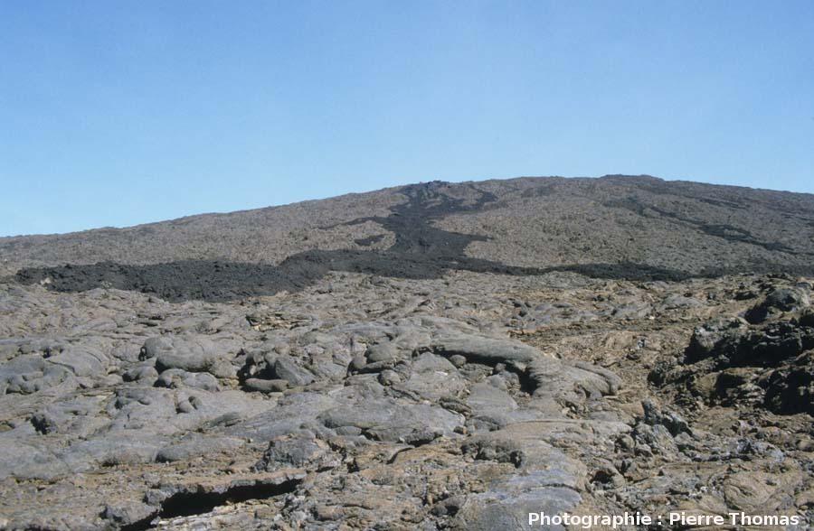 Vue vers le sommet du Piton de la Fournaise prise du pied du volcan, La Réunion
