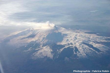 Vue aérienne hivernale (vue prise en direction du SO) de l'Etna (3423 m), volcan bouclier sicilien