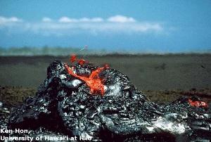 Formation de laves en tripes à la sortie d'un hornito, Hawaii