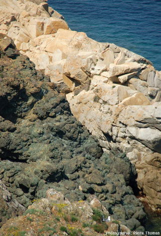 Gros plan sur le contact granite / pillows, non loin de la Madone, Marciana Marina, île d'Elbe (Italie)