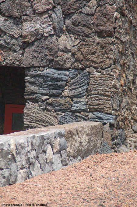 Pignon d'une habitation construite en plaques de lave cordée, Ribeiras, île de Pico, Açores
