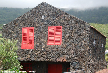 Habitation construite en plaques de lave cordée, Ribeiras, île de Pico, Açores