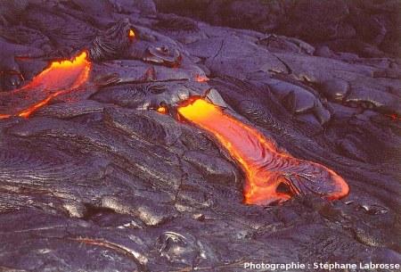 Mise en place de laves cordées (ropy lavas), coulée du Pu'u O'o (Hawaii), été 2001