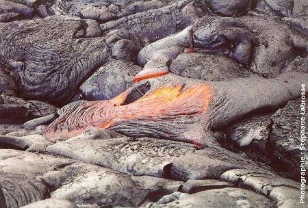 Autre lobe de lave cordée en formation montrant une zone avec étirement en amont et la formation des cordes par plissement en aval, coulée du Pu'u O'o (Hawaii), été 2001
