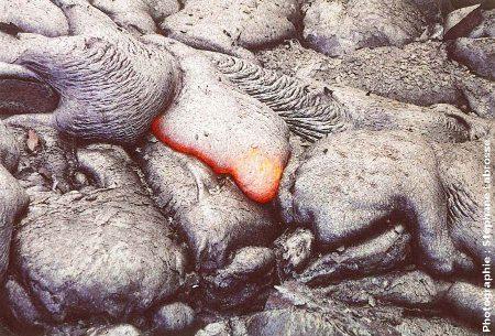 Lave cordée en formation, coulée du Pu'u O'o (Hawaii), été 2001