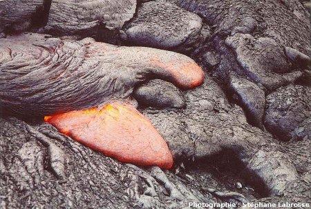 Avancée du front d'une coulée de lave cordée : 2/3, coulée du Pu'u O'o (Hawaii), été 2001