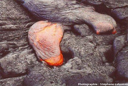 Avancée du front d'une coulée de lave cordée : 3/3, coulée du Pu'u O'o (Hawaii), été 2001