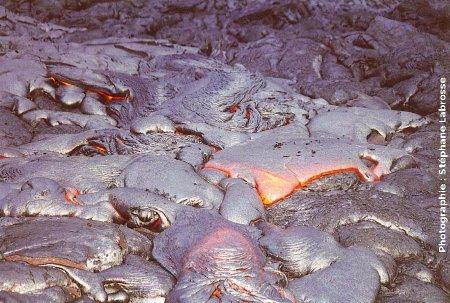 Vue avec recul d'une coulée de lave cordée en formation, 1/2, coulée du Pu'u O'o (Hawaii), été 2001