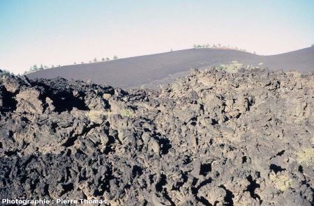 Gros plan sur la surface d'une coulée de lave de type aa (en gratons), Sunset Crater, Arizona.