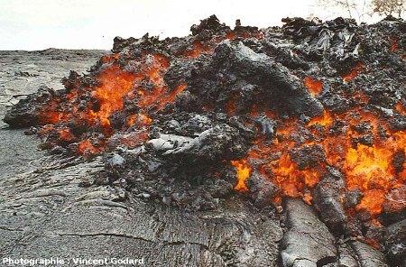 Front actif d'une coulée de lave de type aa, flanc Sud du Pu'u O'o (Hawaii), juillet 2001
