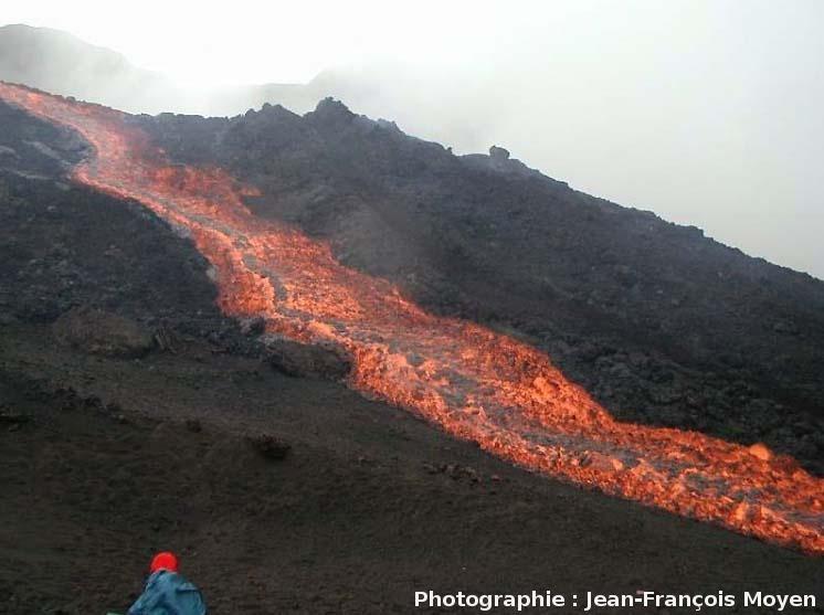 Vue d'ensemble d'une coulée aa en formation, éruption de mars 2001, Piton de la Fournaise, Île de la Réunion