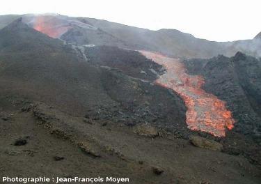 Vue d'ensemble d'une des coulées de mars 2001 et de son point de sortie, Piton de la Fournaise, Île de La Réunion