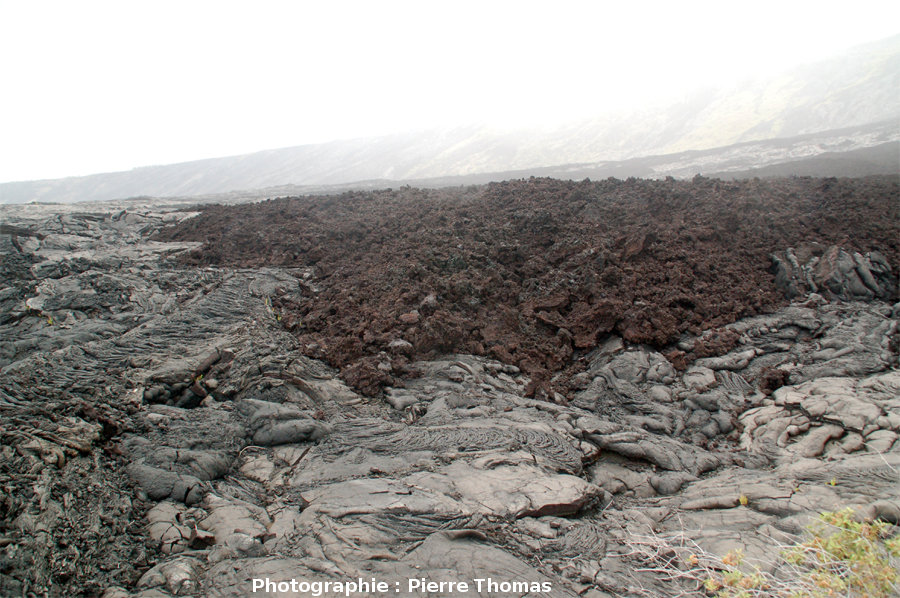 Front d'une coulée de type aa recouvrant une coulée pahoehoe, flanc Sud du Kilauea, Hawaii