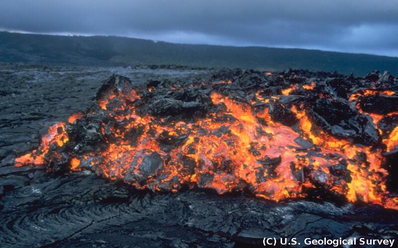 Coulée de type aa active recouvrant une coulée pahoehoe, Kilauea, Hawaii