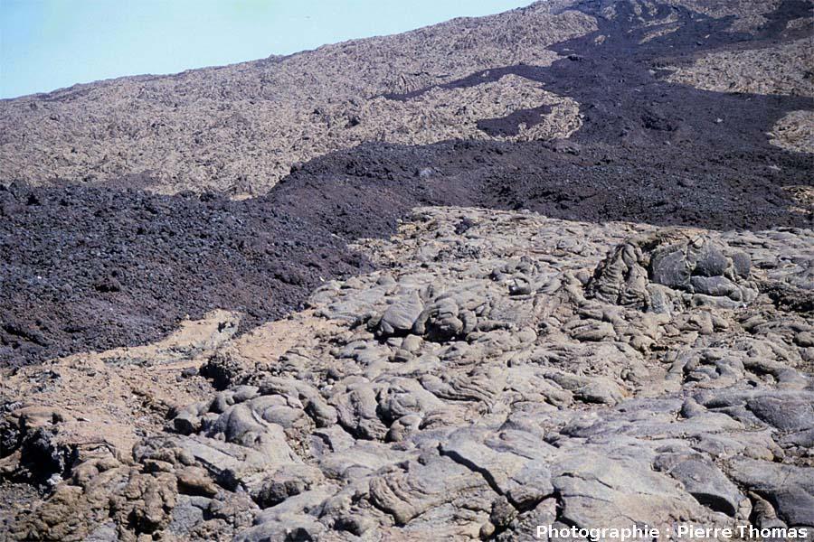 Coulée aa sur coulée pahoehoe, flanc Ouest du Piton de la Fournaise, La Réunion