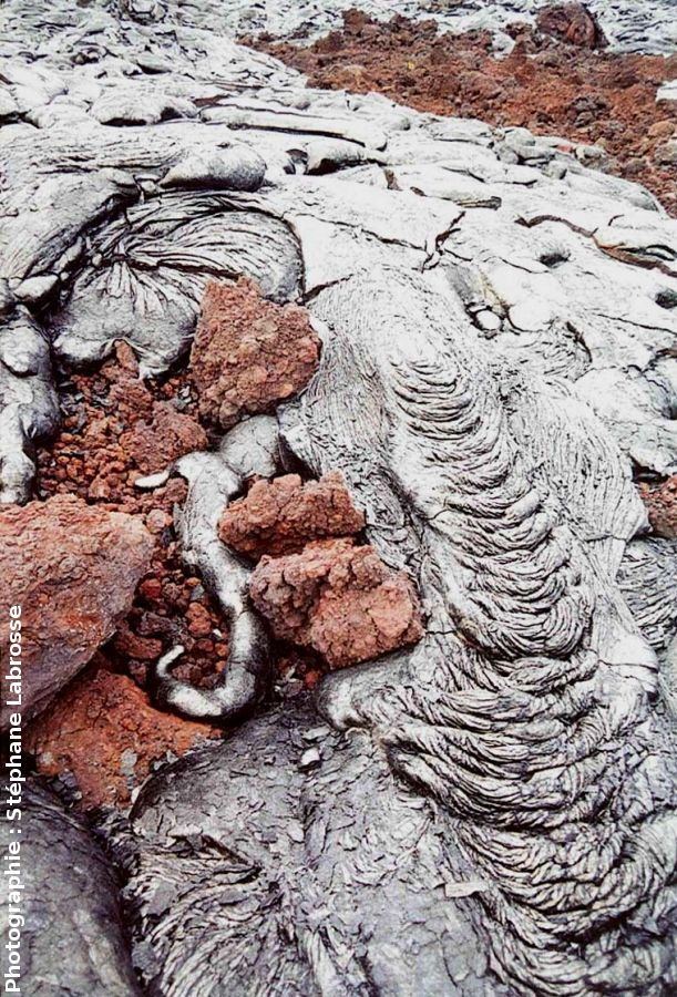 Coulée pahoehoe recouvrant une coulée aa, Kilauea (Hawaii)