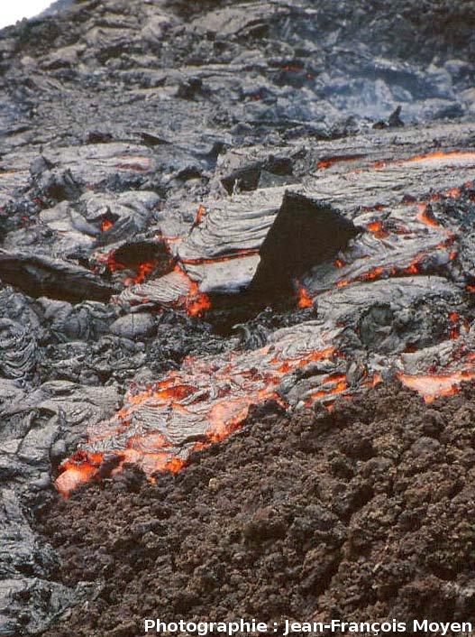 Coulée aa active recouvrant une ancienne coulée pahoehoe, Piton de la Fournaise, île de La Réunion