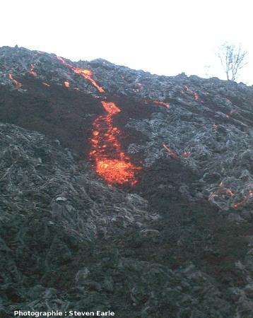 Coulée mixte avec partie aa et partie pahoehoe avançant ensemble, Hawaii, éruption de mai 2002