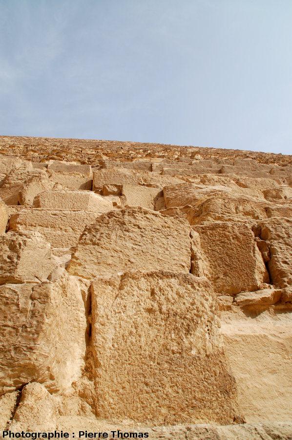Vue prise du pied de la pyramide de Khéops en direction du sommet (Gizeh, Égypte)