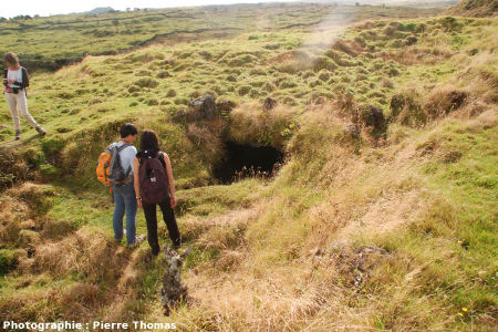 Lucarne dans une coulée ancienne totalement colonisée par la végétation, Furna de Frei Matias, Île de Pico, Açores