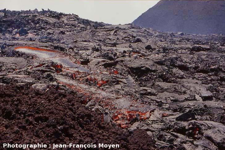 Vue globale de la coulée d'octobre 2000, Piton de la Fournaise, île de La Réunion, montrant le «cadre» de la photo précédente