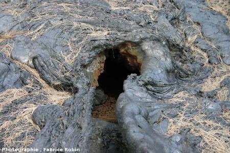 Sortie naturelle d'un tunnel de lave refroidi, coulée de 2004, Piton de la Fournaise, île de La Réunion