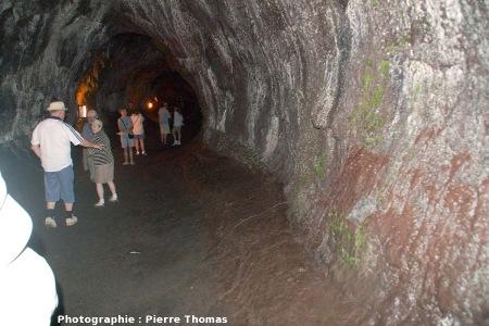 Intérieur d'un tunnel de lave à Hawaii, le Thurston Lava Tube, aménagé pour les visites touristiques, Kilauea, Hawaii