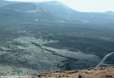 Tunnel de lave (lava tube) effondré sur plusieurs centaines de mètres, créant un «sillon sinueux» (sinuous rille) au sein des coulées de l'éruption de 1730 à 1736 de Lanzarote, Canaries