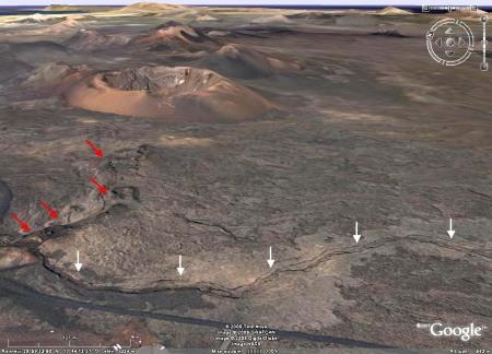 Vue Google Earth du tunnel de lave effondré (flèches blanches) de la figure 1, Lanzarote, Canaries