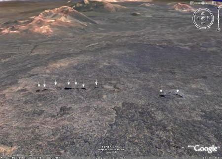 Vue Google Earth d'une chaîne de lucarnes matérialisant un tube de lave très imparfaitement effondré, coulée de 1730 à 1736, Parc national de Timanfaya (Lanzarote, Canaries)