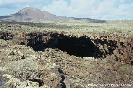 Photographie au sol de la partie NO (amont) de la lucarne fléchée en blanc sur la figure précédente, Lanzarote (Canaries)