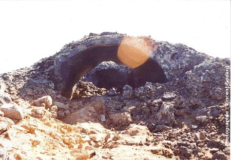 Tunnel de lave partiellement effondré, région de Myvatn, Islande