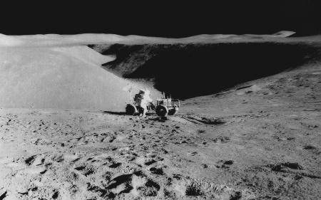Vue prise du sol du bord du sillon Hadley, avec au premier plan la «jeep lunaire» d'apollo 15 et l'astronaute James Irwin