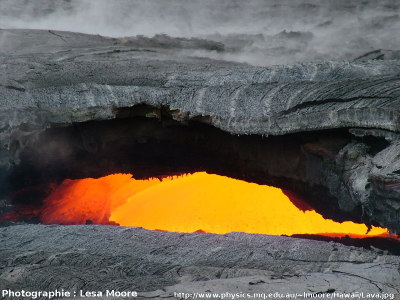 Stalactites de basalte vus par une lucarne, Hawaii