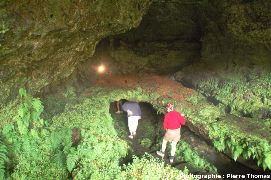 Tunnels de lave superposés, visibles au niveau d'une lucarne (tardive), Furna de Frei Matias, île de Pico, Açores