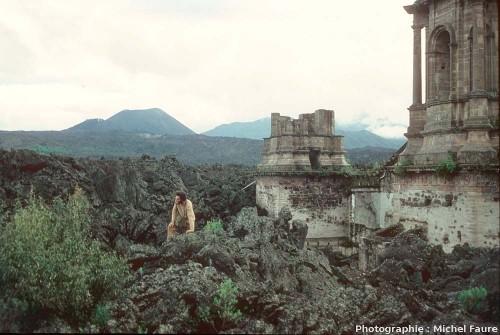 Ruine de la basilique de San Juan Parangaricutiro (Mexique) partiellement ensevelie en 1944 par une coulée de lave du volcan Paricutin