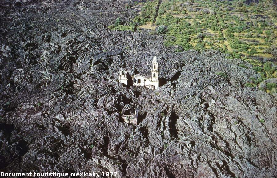 Vue aérienne de la basilique de San Juan Parangaricutiro (Mexique) partiellement ensevelie en 1944 par une coulée de lave du volcan Paricutin