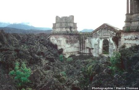 Façade et base du clocher Sud (inachevé) de la basilique de San Juan Parangaricutiro (Mexique) dépassant de la coulée du Paricutin (état en 1977)