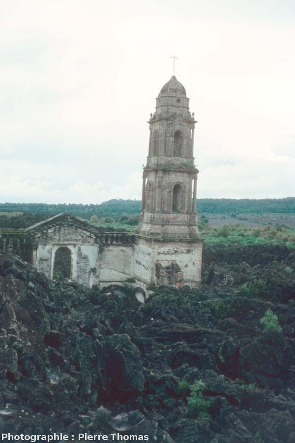 Façade et clocher Nord de la basilique de San Juan Parangaricutiro (Mexique) dépassant de la coulée du Paricutin (état en 1977)
